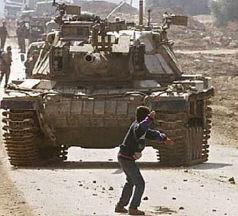 Chaval palestino apedreando un tanque Merkava